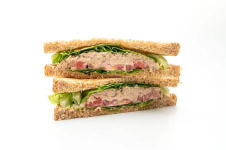 Hausgemachtes Thunfisch-Sandwich isoliert auf weißem Hintergrund