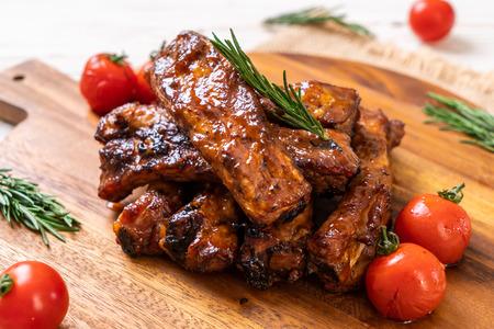 gegrilde barbecue ribbetjes varkensvlees met rozemarijn en tomaten