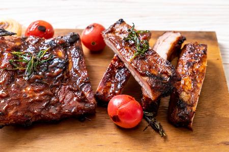 gegrilde en barbecue ribbetjes varkensvlees