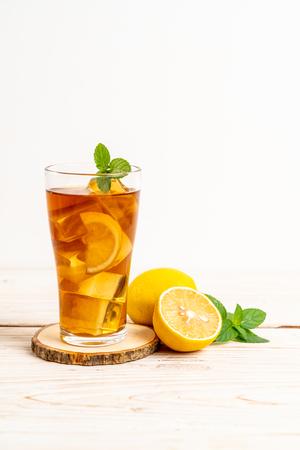 Glas Zitronen-Eistee mit Minze