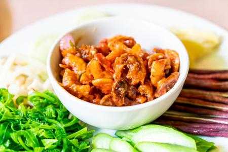 Pasta de chile de camarones con verduras frescas - estilo de comida tradicional de Phuket Foto de archivo