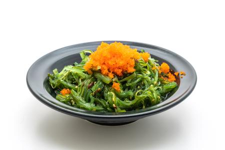Zeewiersalade met garnaleneieren die op witte achtergrond worden geïsoleerd - Japans eten style