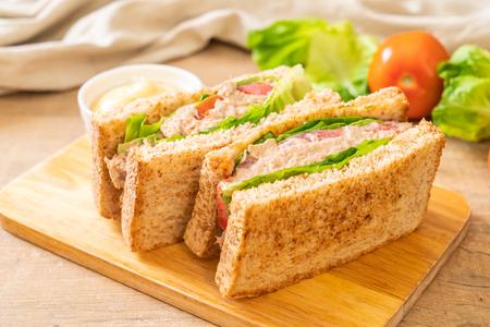 Sándwich de atún casero con tomate y lechuga Foto de archivo