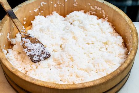 Japoński ryż na dużej drewnianej misce do robienia sushi