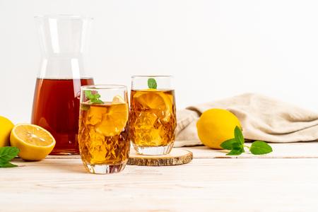 vaso de té helado de limón con menta