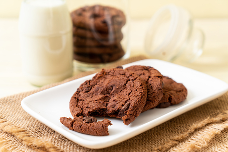 chocolate cookies with chocolate chips on wood background Stok Fotoğraf - 122629734