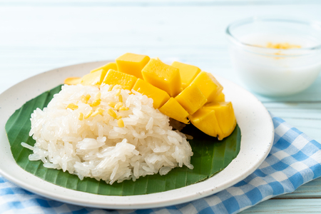 mango with sticky rice -  popular traditional dessert of Thailand Reklamní fotografie