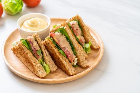 Sandwich di tonno fatto in casa con pomodori e lattuga