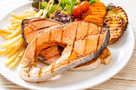 Double filet de saumon grillé avec légumes et frites Banque d'images