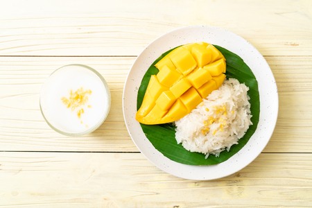 mango with sticky rice -  popular traditional dessert of Thailand Imagens