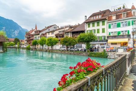 Ville d'Interlaken avec rivière Thunersee en Suisse