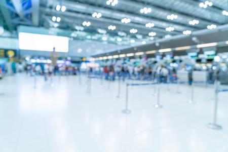 Desenfoque abstracto y interior de la terminal del aeropuerto desenfocado para el fondo