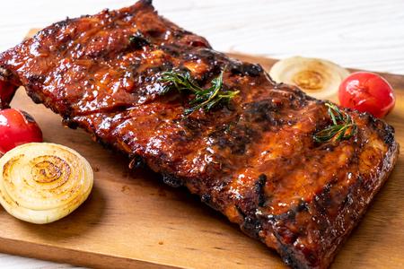 côtes de porc grillées et barbecue Banque d'images