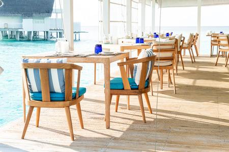 Hermosa decoración de mesa y silla vacía en restaurante.