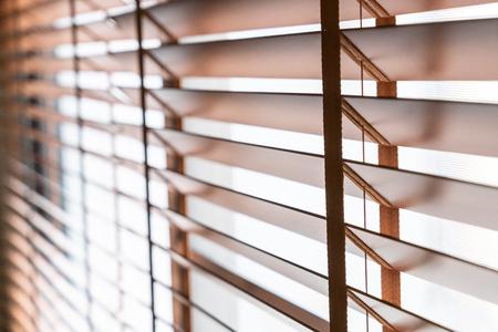Persianas de madera ciegas en la ventana de la sala de estar