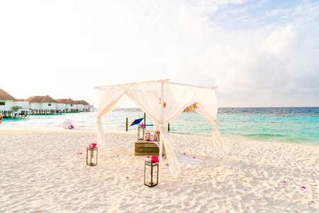 wedding arch on beach with tropical Maldives resort and sea background - vintage effect filter 스톡 콘텐츠