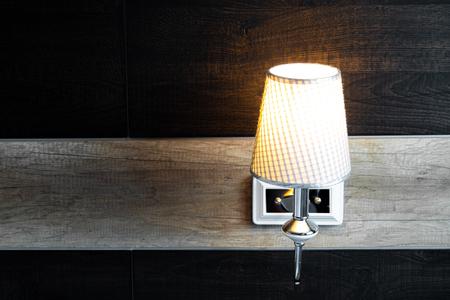 lampe brillante dans la chambre près du lit Banque d'images