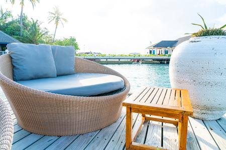 Oreiller sur le patio extérieur de décoration de chaise de sofa Banque d'images