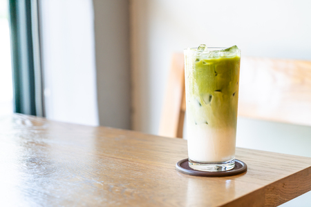 iced matcha green tea with milk on wood table in cafe restaurant 版權商用圖片
