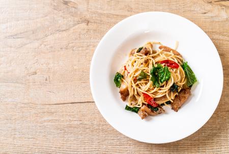 smażone spaghetti z kurczakiem i bazylią - styl fusion food Zdjęcie Seryjne