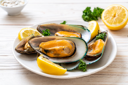 seafood mussels with lemon and parsley Banque d'images