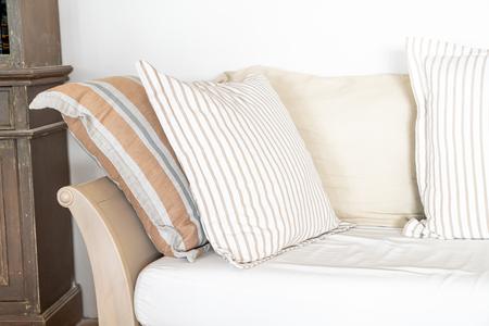 Oreiller confortable sur l'intérieur de décoration de chaise de sofa de pièce