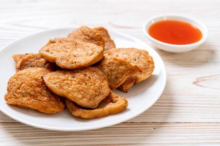 saucisse de porc vietnamienne frite avec sauce