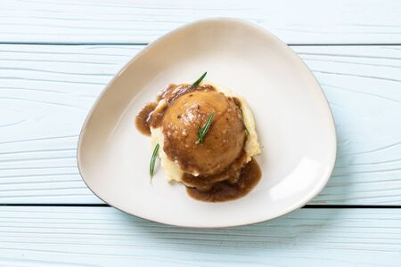 hausgemachte Kartoffelpüree mit Soßen-Sauce Standard-Bild