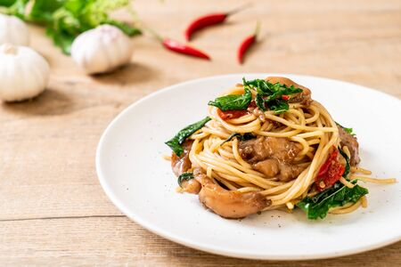 stir-fried spaghetti with chicken and basil - fusion food style Фото со стока