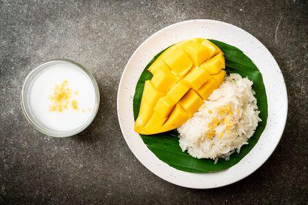 mango with sticky rice -  popular traditional dessert of Thailand Фото со стока
