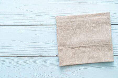 Paño de cocina (servilleta) sobre fondo de madera azul con espacio de copia Foto de archivo