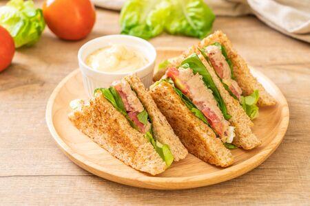 Huisgemaakt Broodje Tonijn Met Tomaten En Sla Stockfoto