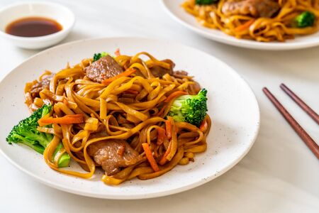 stir-fried noodles with pork and vegetable - Asian food style Imagens