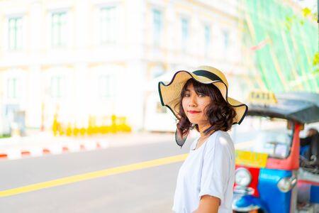 Glückliche asiatische Frauenreise in Thailand - Urlaubskonzept Standard-Bild