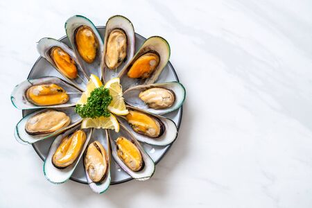 seafood mussels with lemon and parsley Imagens