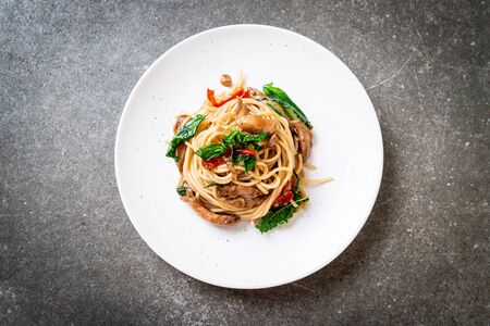 stir-fried spaghetti with chicken and basil - fusion food style Standard-Bild
