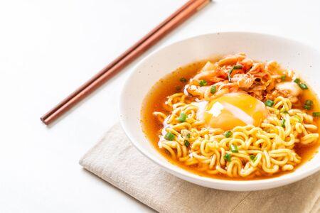 Koreański makaron błyskawiczny z kimchi i jajkiem - koreański styl ramenu ram Zdjęcie Seryjne