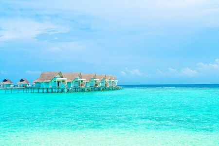 Beautiful tropical Maldives resort hotel and island with beach and sea - holiday vacation background concep 免版税图像