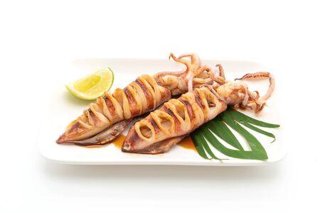 Calamares a la plancha con salsa teriyaki aislado sobre fondo blanco. Foto de archivo