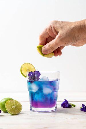 Jugo de guisantes de mariposa con lima - Bebida saludable