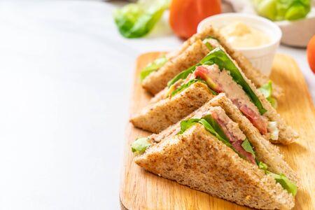 Homemade Tuna Sandwich with Tomatoes and Lettuce 版權商用圖片 - 127774468