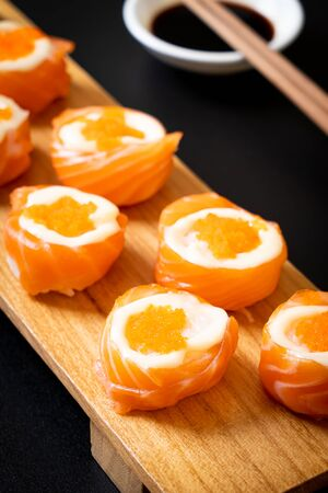 fresh salmon sushi roll with mayonnaise and shrimp egg - Japanese food style 版權商用圖片 - 127061982
