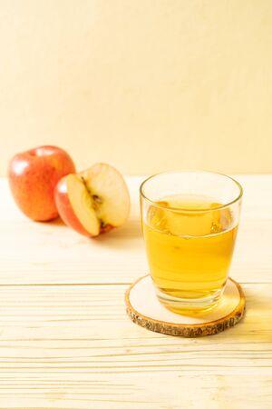 Jus de pomme aux pommes rouges fruit sur bois Banque d'images