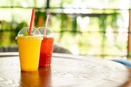 Mango smoothies glass in cafe restaurant Stockfoto