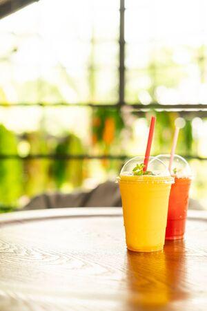 Verre de smoothies à la mangue au café restaurant Banque d'images