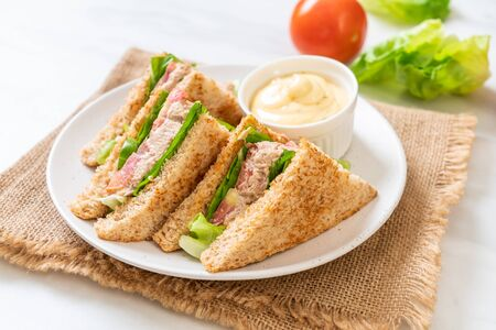 Hausgemachtes Thunfisch-Sandwich mit Tomaten und Salat