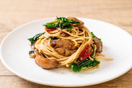 stir-fried spaghetti with chicken and basil - fusion food style 免版税图像