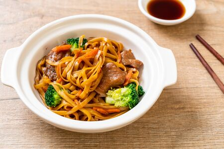 stir-fried noodles with pork and vegetable - Asian food style Archivio Fotografico