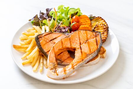 double grilled salmon steak fillet with vegetable and french fries 免版税图像 - 127496223