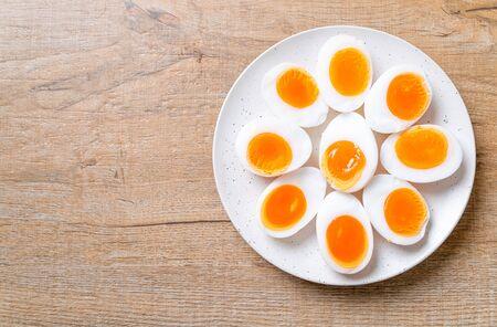 Zacht gekookte eieren op witte plaat